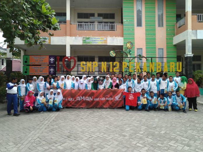 Foto Bersama Capella dan Warga SMPN 12 Pekanbaru